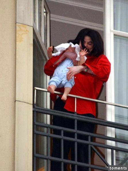 當年讓天王麥可傑克森被罵翻的小兒子,現在竟然變成這樣!看到他的樣子讓粉絲都忍不住眼眶泛淚...