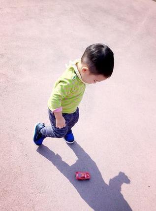 陳小春的兒子一直沒露過面,原來長這樣啊!