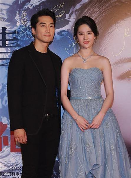 劉亦菲跟宋承憲分手了?!她po嘟嘴照寫下:「有這麼委屈嗎?」原來當初拍電影完後,2人居然...看了好心酸!
