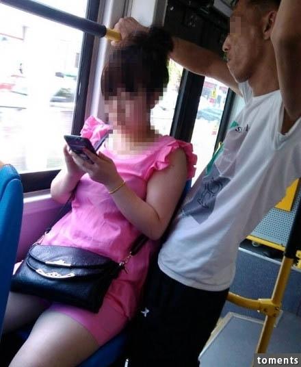 有個男仔在公車上一直偷看身旁女子的手機螢幕,看著看著…最後竟然嚇到臉色發青閃一邊去!