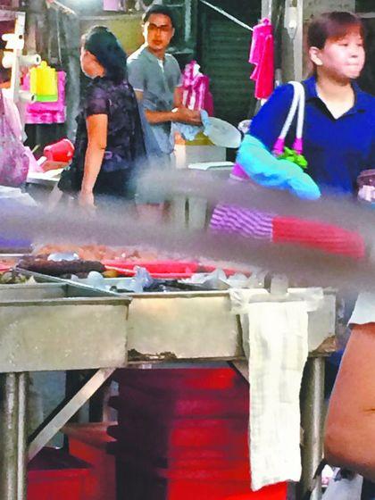 明道放下明星光環,在板橋某市場幫媽媽賣地瓜。讀者提供