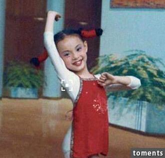 她是《甄嬛傳》千錘百鍊的主角,卻無人可知她戲如人生!12歲被父拋棄,為繼母買房,甚至還為趙薇露腿伴舞