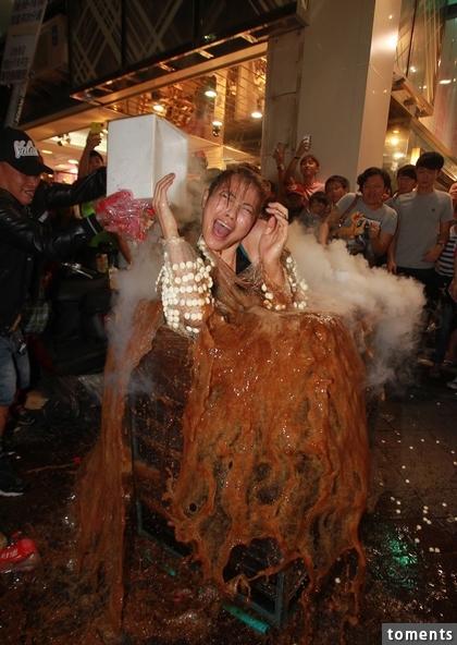 E CUP小模在逢甲夜市被當做「祭品」,身上貼滿曼陀珠當場跳進可樂池,讓她當場慘叫:「屁股爆了!」