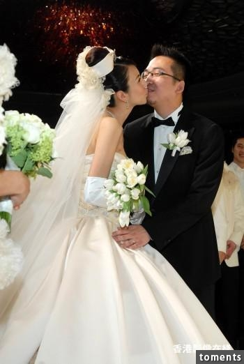 她是台灣最美名模,嫁入豪門老公卻劈小三還當街毆人,豪宅也沒了,她只能無助的帶著7歲兒子...讓人不勝
