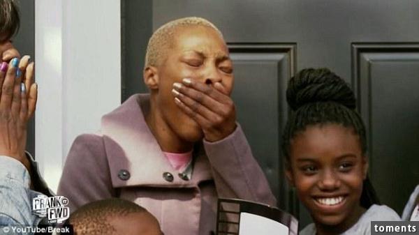 清苦的清潔工母親被騙到一棟房子打掃,卻收到改變她一生的大驚喜