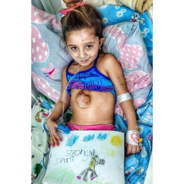 醫生在她衣服下發現的東西令人不敢置信! 小女孩原本不可能活下來