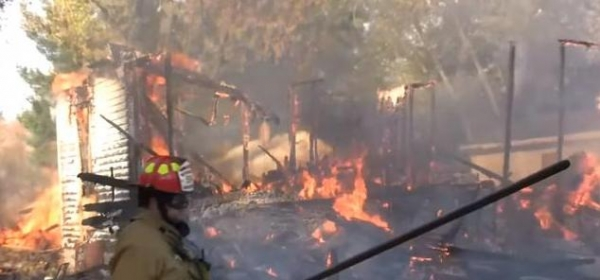 男子路過這所房子聞到濃烈異味,消防員進去一看竟直接放火燒房!
