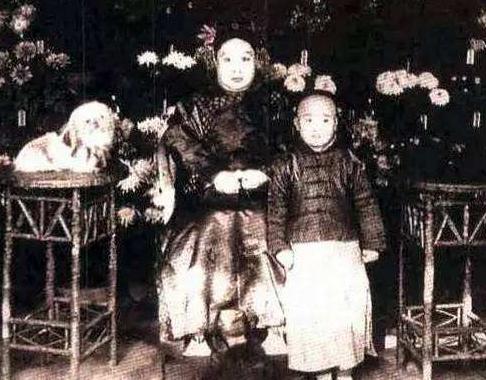 因貌丑而选为皇妃,矮胖身材爱吃酱肘,外号月饼,死后13年不腐!